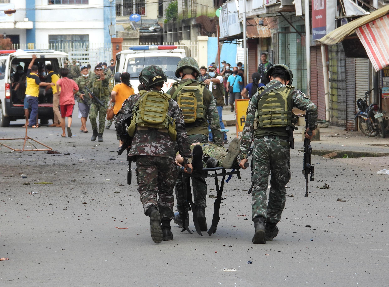 Soldados se llevan en camilla a una persona después de que una bomba explotara junto a un vehículo militar en la ciudad de Jolo, en la isla de Sulu en Filipinas, el 24 de agosto de 2020