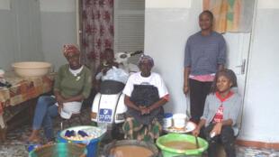 Dans le quartier de Baobab à Dakar, les femmes de la famille Huchard en train de cuisiner le Ngalakh sénégalais, la nuit de Vendredi saint.