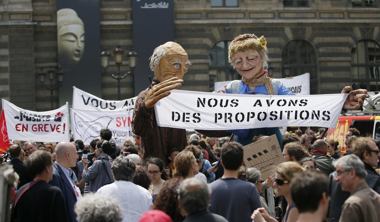 Profissionais do espetáculo realizaram manifestações em toda a França na segunda-feira (16).