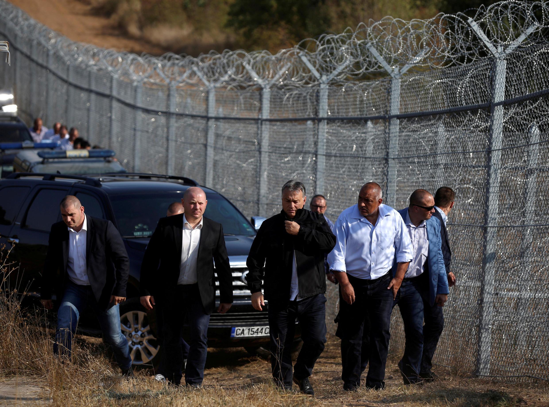 Thủ tướng Hungary Viktor Orban (G) và đồng nhiệm Bulgari Boiko Borisov (P) đi thị sát đường biên giới Bulgari-Thổ Nhĩ Kỳ, gần Lesovo, Bulgari, ngày 14/09/2016