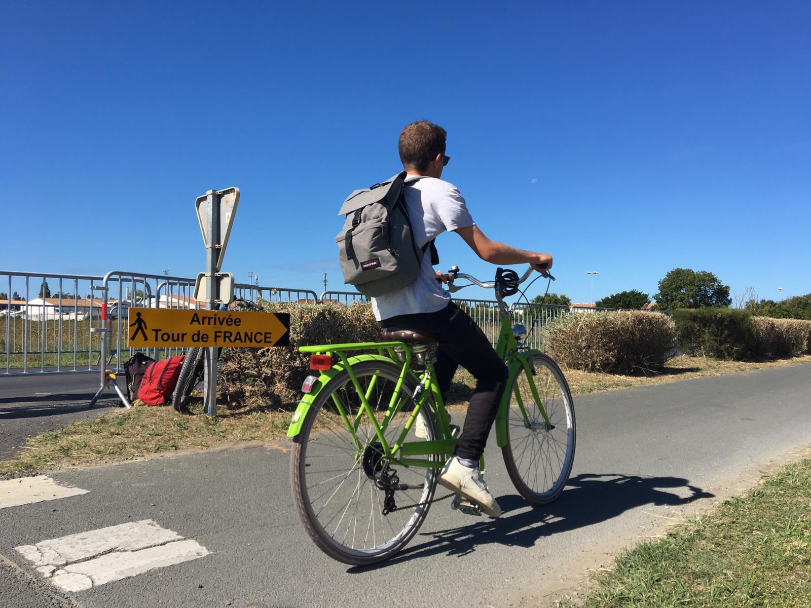 Antes del paso del pelotón, los turistas disfrutan de la ciclovía en la isla de Ré.