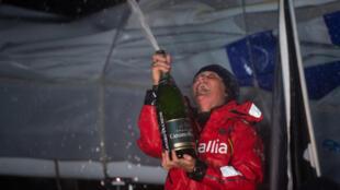 La navigatrice britannique Pip Hare sabre le champagne après son arrivée à la 19e place du Vendée Globe, aux Sables-d'Olonne, le 11 février 2021