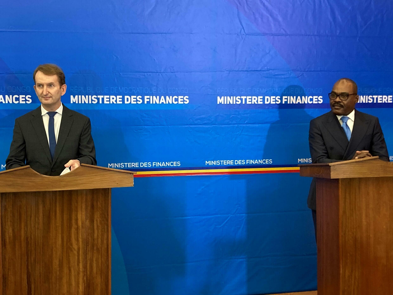 Le ministre des Finances congolais Nicolas Kazadi (à droite) et le représentant résident du FMI Gabirel Leost à Kinshasa le 19 juillet 2021.