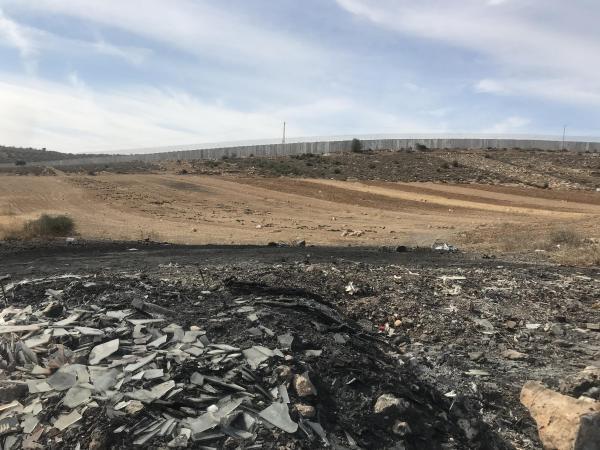 Site de brûlage près du mur de séparation en Zone C en périphérie d'Idhna.