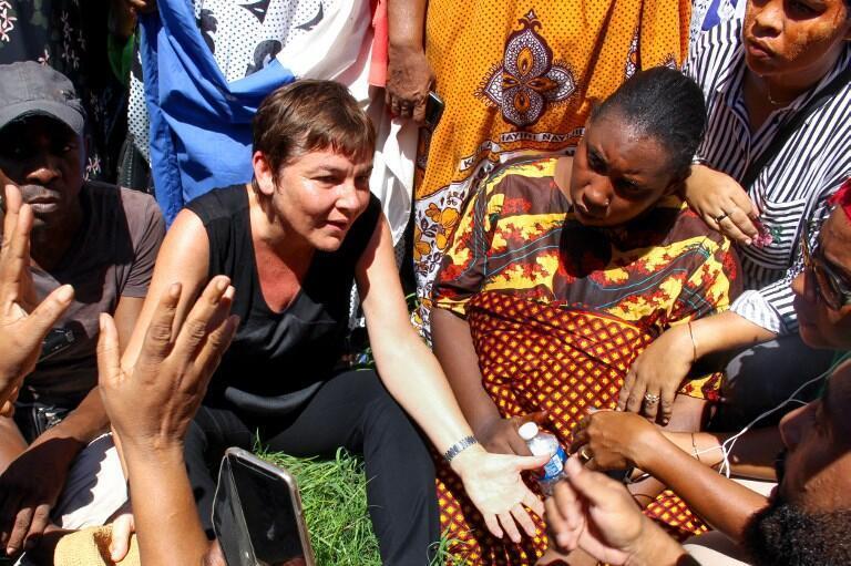 La ministre française des Outre-mer, Annick Girardin (g), s'est entretenue avec des manifestants, le 12 mars 2018 dans l'île de Petite-Terre, sur le territoire français de Mayotte.