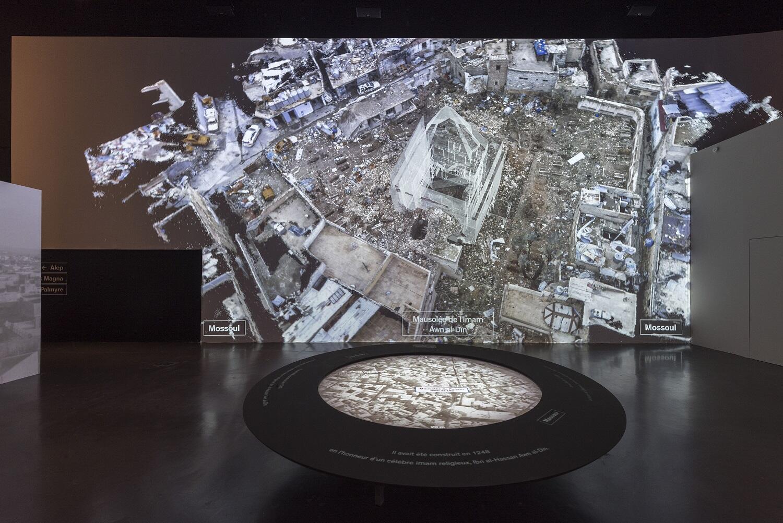 La primera sala es dedicada a Mosul, con una reconstrucción 3D de lo que es la ciudad hoy, tras la ocupación del Estado Islámico.