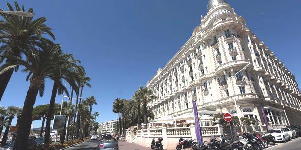 Mặt tiền khách sạn Carlton được thiết kế theo kiểu ''Belle Époque'' đầu thế kỷ XX. Khách sạn này đã tròn 100 tuổi vào năm 2011