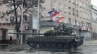 Пророссийские сепаратисты на такнке в Донецке, 1 февраля 2015.