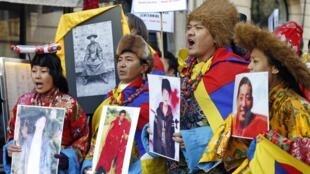 流亡藏人2月13日在巴黎中国大使馆前抗议示威