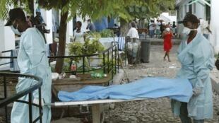 Corpo de uma vítima da epidemia de cólera que atinge o Haiti desde meados de outubro.