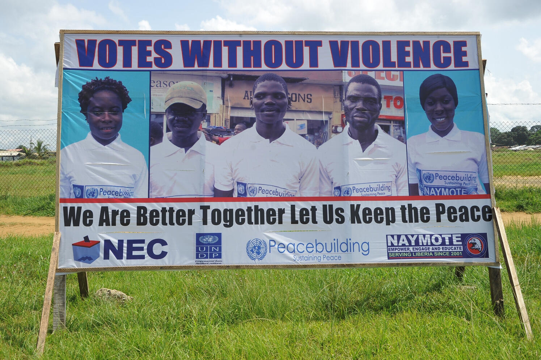 A Monrovia, une affiche appelle à des élections apaisées au Liberia pour ce mardi 10 octobre 2017.