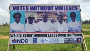 Mjini Monrovia, bango linalotoa wito kwa uchaguzi wenye utulivu nchini Liberia kufanyika Jumanne, Oktoba 10, 2017.