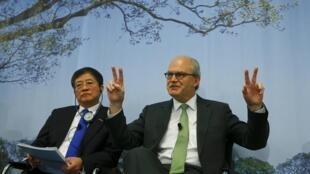 Le président de Syngenta, Michel Demare lors de la  conférence de presse annuelle du groupe suisse à Bâle en présence de  Ren Jianxin (G), le président du groupe China national chemical corporation, le 3 février 2016.