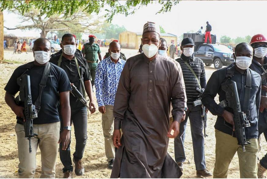 Gwamnan jihar Borno Babagana Zulum tare da tawagar jami'ansa.