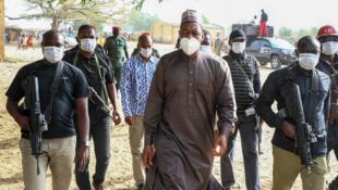 Gwamnan jihar Borno Farfesa Babagana Zulum tare da dogaransa.