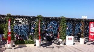«L'Atelier des médias» pendant l'enregistrement de «Médias et Marseille» sur la terrasse du MuCEM à Marseille.