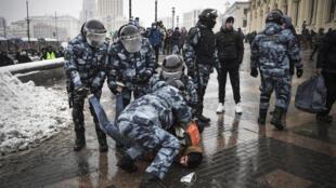 La policía rusa detiene a un hombre durante una manifestación de apoyo al opositor ruso Alexéi Navalni el 31 de enero de 2021 en Moscú