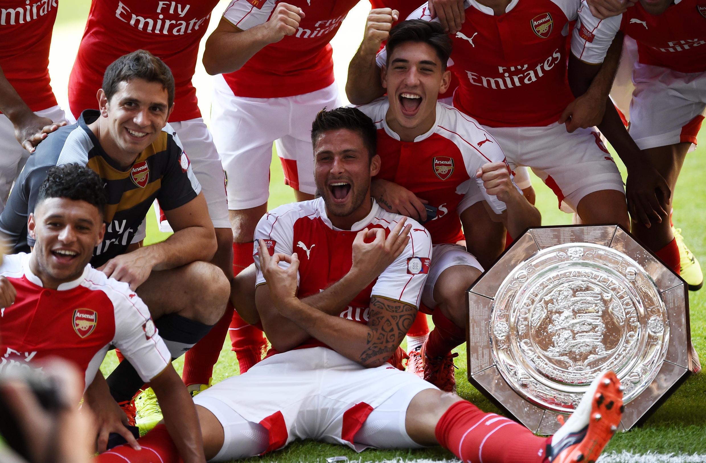 Jogadores do Arsenal celebram título da Supercopa da Inglaterra.