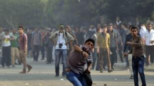 Estudantes egípcios foram dispersados nesta segunda-feira com bombas de gás lacrimogêneo, no Cairo.