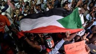 Manifestation devant le QG de l'armée à Khartoum, le 19 mai.