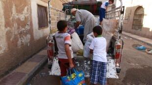 Raia wakiendelea kuukimbia mji mkuu wa Yemen, Sanaa, Machi 29 mwaka 2015.