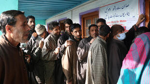 Kashmir_Voters in a queue as they waits to cast their votes during the first phase of DDC elections in Tangmarg_Dec 2020_Umar Ganie-03