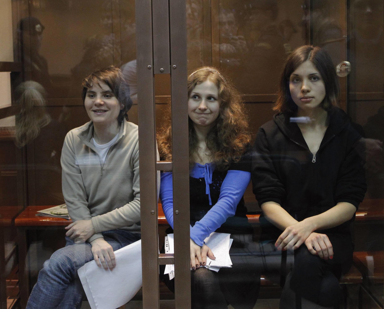 Les trois membres des Pussy Riot attendent le verdict, mercredi 10 octobre, dans la cage en verre d'un tribunal Moscou. Celle de gauche, Ekaterina Samoutsevich, a été libérée.