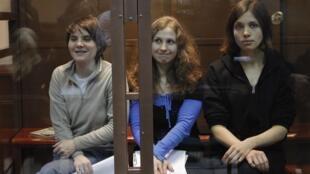 Ba thành viên ban nhạc Pussy Riot chờ tuyên án tại phiên phúc thẩm tại Matxcơva ngày  10/10/2012. Yekaterina Samutsevich (ngoài cùng bên trái) được trả tự do sau phiên tòa.