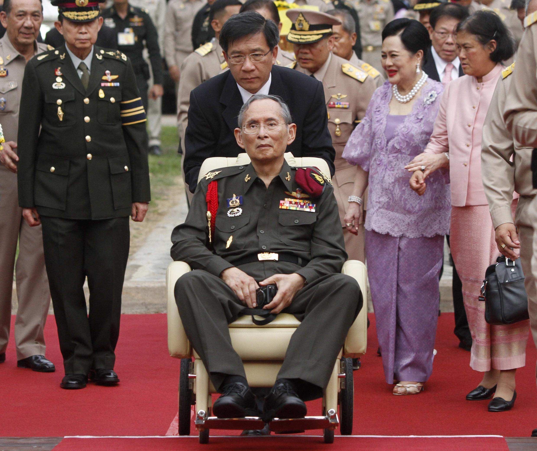 El rey Bhumibol Adulyadej junto a la reina Sirikit y la princesa Maha Chakri Sirindhorn, este 25 de mayo de 2012.