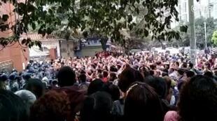 微博视频:赵姓中学生惨死后泸县太伏中学群情激愤,警民对峙。