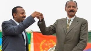 Rais wa Eritrea Isias Afwerk (kulia) akiwa na Waziri Mkuu wa Ethiopia Abiy Ahmed