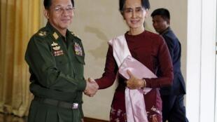 Tổng tư lệnh quân đội Miến Điện Min Aung Hlaing và bà Aung San Suu Kyi.