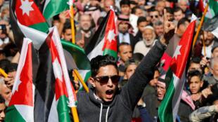 Des centaines de Jordaniens ont manifesté en Jordanie contre des nouvelles taxes imposées par le gouvernement, le 24 février 2017.
