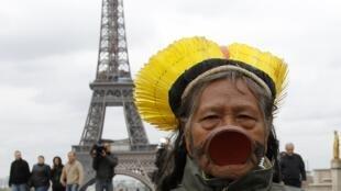 O cacique Raoni em visita a Paris.
