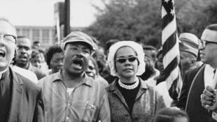 Martin Luther King au centre et son épouse ; Ralph Abernathy, autre leader du mouvement des droits civiques et ses enfants, en tête de la marche de 1965 de Selma à Montgomery, en Alabama pour le droit de vote.