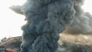 Coluna de fumaça cobre a zona portuária do Rio de Janeiro com o incêndio de barracões na Cidade do Samba.