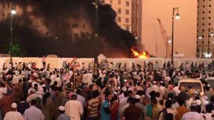 Fiéis reunbidos  após  o ataque suicida contra a Mesquita do Profeta Maomé em Medina.05.07.2016
