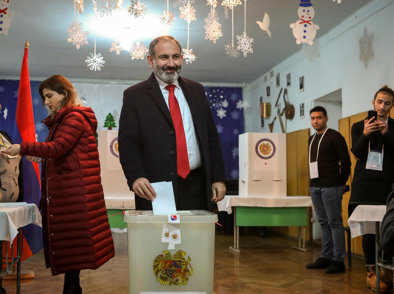 Cựu thủ tướng Amernia Nikol Pachinian bỏ phiếu bầu Quốc Hội tại Erevan, ngày 09/12/2018.
