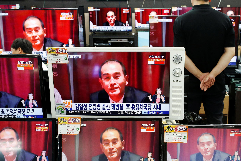 Hình ảnh tham tán Bắc Triều Tiên tại Luân Đôn đào tẩu sang Hàn Quốc được chiếu trên truyền hình Hàn Quốc, ngày 18/08/2016.