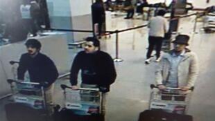 Image issue de la vidéosurveillance de l'aéroport de Bruxelles-Zaventem montrant trois personnes, les supposés auteurs de l'attentat sanglant du 22 mars.