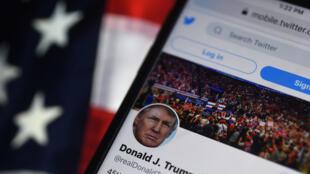 Foto de agosto de 2020 que muestra la cuenta Twitter del Presidente de Estados Unidos, Donald Trump, suspendido de esta red social el 8 de enero de 2021 luego de que sus partidarios irrumpieran en el Capitolio en Washington.