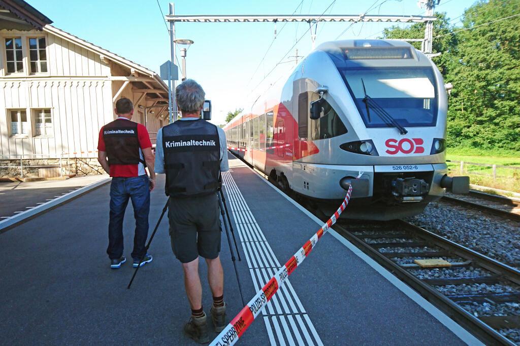Policías en la estación de Salez, Suiza, donde tuvo lugar un ataque en un tren que dejó seis heridos.