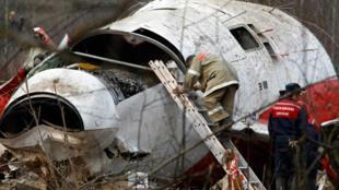 Les experts examinent l'épave du Tupolev Tu-154 crashé à Smolensk, le 13 avril 2010.