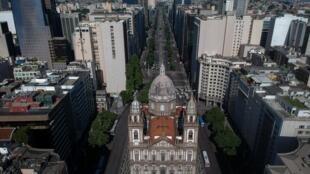 Si les commerces ont pu réouvrir à Rio de Janeiro, les temples et et églises comme la Candelaria ont dû restés fermés.
