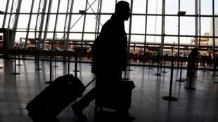 Un passage en transit à l'aéroport John F. Kennedy de New York. Dès le 17 janvier, une centaine d'agents sanitaires ont été déployés aux États-Unis pour mener les premiers contrôles sur les passagers arrivant de Chine.