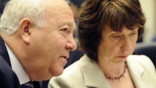 Le ministre espagnol des Affaires étrangères Miguel Angel Moratinos (g) et la chef de la diplomatie européenne Catherine Ashton, ainsi que des membres de la Commission et du Parlement sont parvenus à un accord pour la création du SEAE.