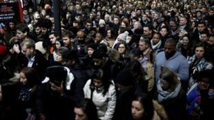 大罢工,交通停摆,巴黎上班族在Saint-Lazare车站空等。