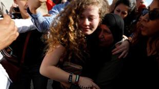 A jovem Ahed Tamimi foi recebida por uma multidão neste domingo (29) em Nabi Saleh, na Cisjordânia.