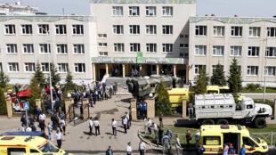Ambulancias frente a la escuela nº 175 de Kazán, una ciudad del centro de Rusia, el 11 de mayo de 2021