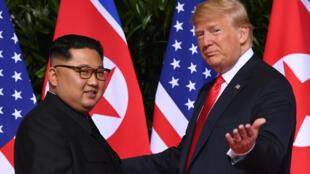 El presidente de EEUU, Donald Trump (drcha), se reúne con el líder de Corea del Norte, Kim Jong Un, el 11 de junio de 2018 en Singapur